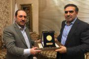 اهداء نشان تعاون به رئیس اتاق تعاون ایران