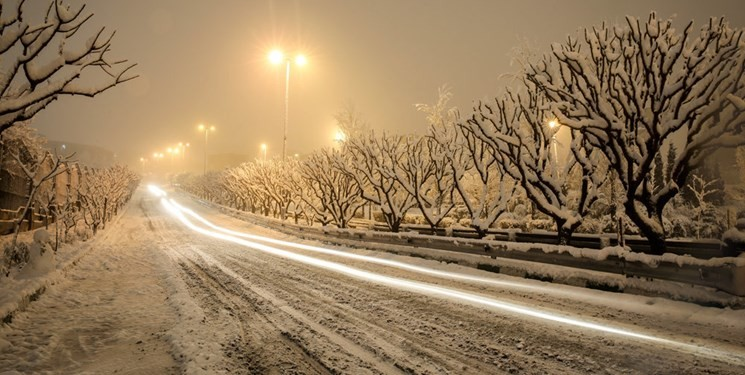 برف و باران در بسیاری از جادهها/ رانندهها به زنجیرچرخ مجهز باشند